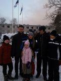ÜLK rühmavanemaabi Inge Laht perega hommikul Eesti lippu heiskamas Tabasalus